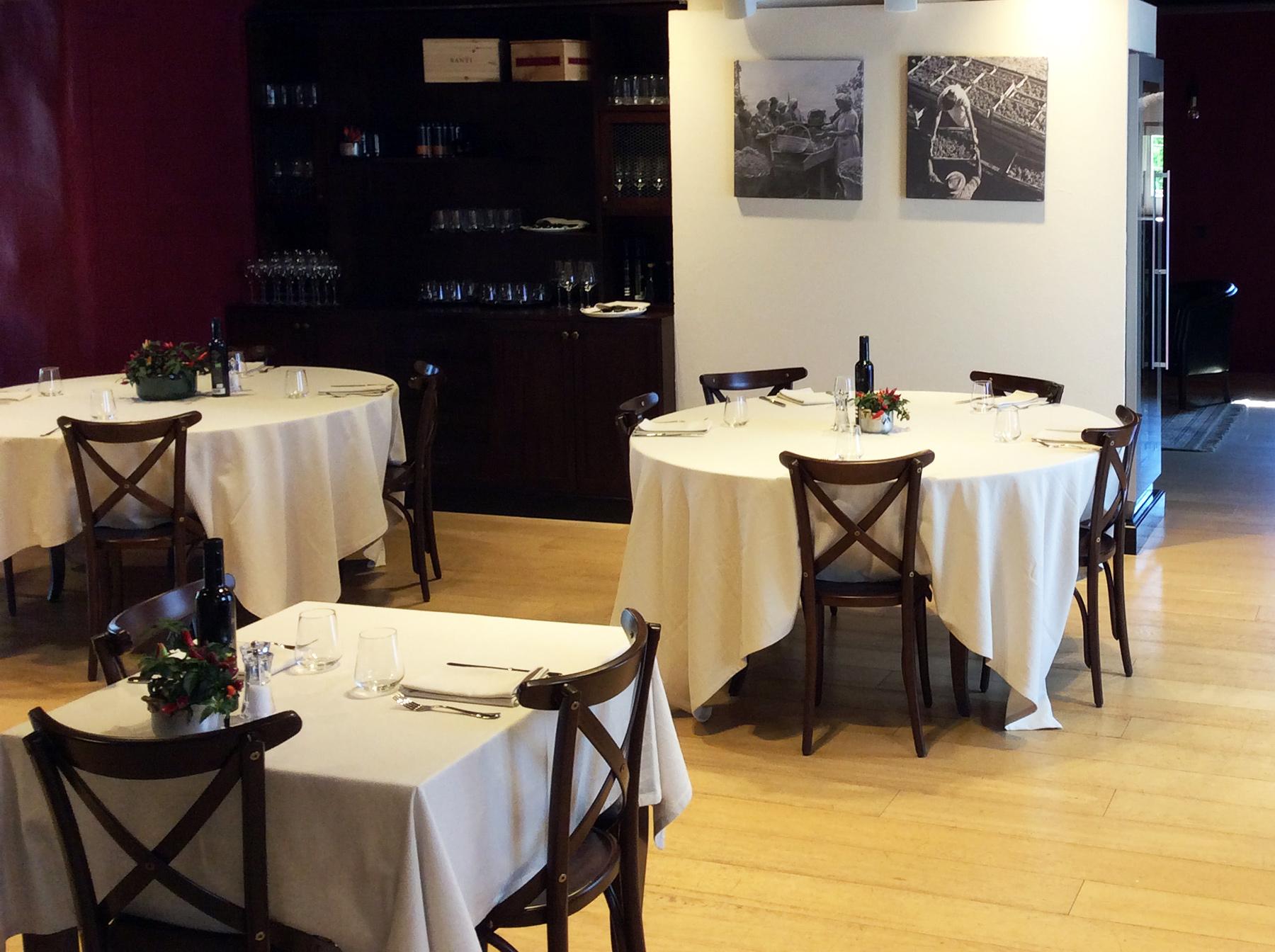 6-Sala-risotrante-con-tavoli-sedie-e-madia